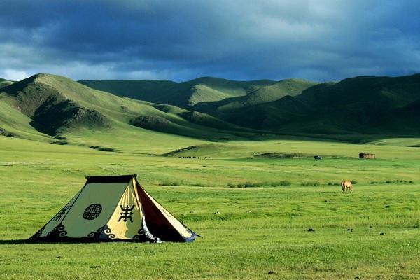 ngủ lều trên thảo nguyên hoang dã